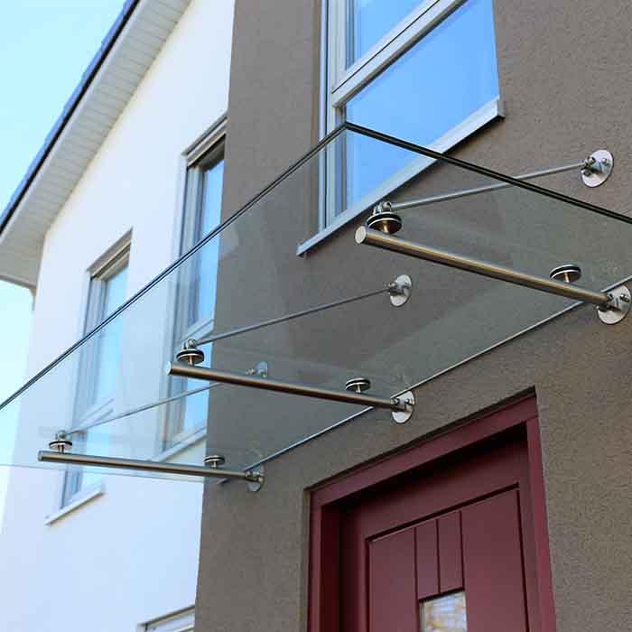 Glassbaldakin over inngangsdør