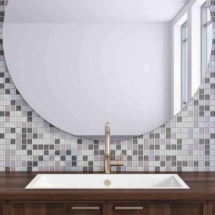stort rundt speil over vask på bad