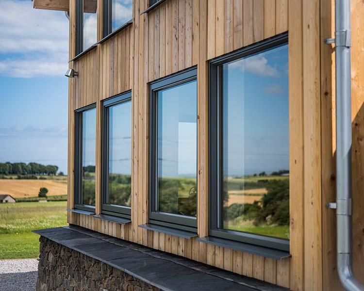 hus med mange og store vinduer