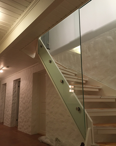 boltefestet glassrekkverk i trapp