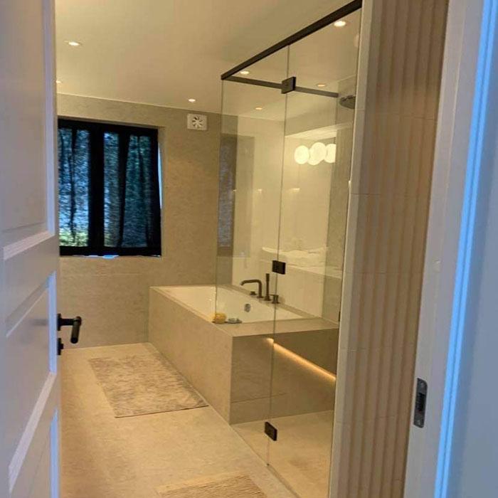 dusjvegger i glass tilpasset mot badekar