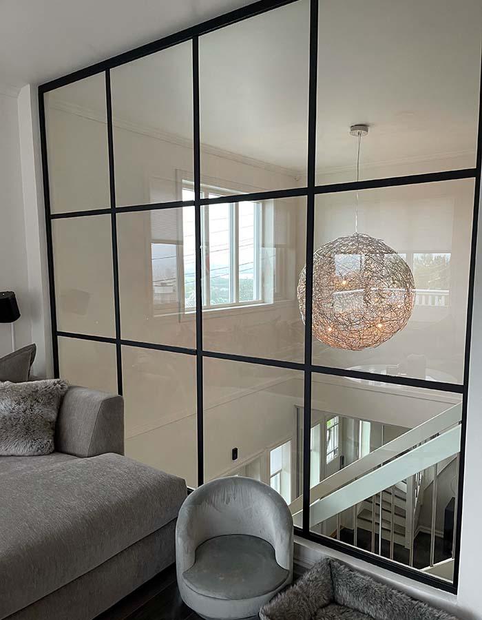 glassvegg med svarte sprosser i trapp