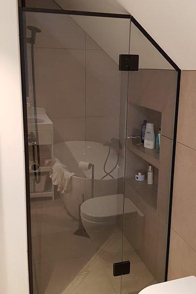 dusjnisje med dusjvegg tilpasset på mål mot skråtak
