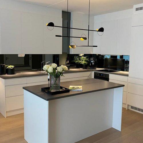 sotet speil over kjøkkenbenken