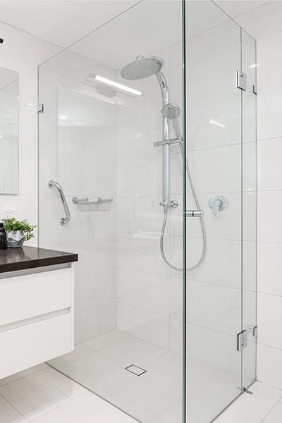 dusjhjørne med dusjvegger og dusjdør skreddersydd på mål