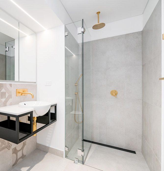 dusjnisje med dusjdør skreddersydd på mål