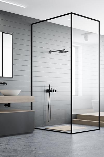 frittstående dusjhørne med dusjvegger i glass og svarte profiler