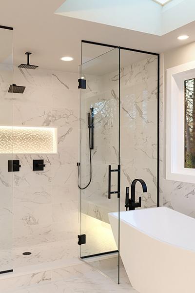 marmordusj med dusjvegg i glass skreddersydd på mål