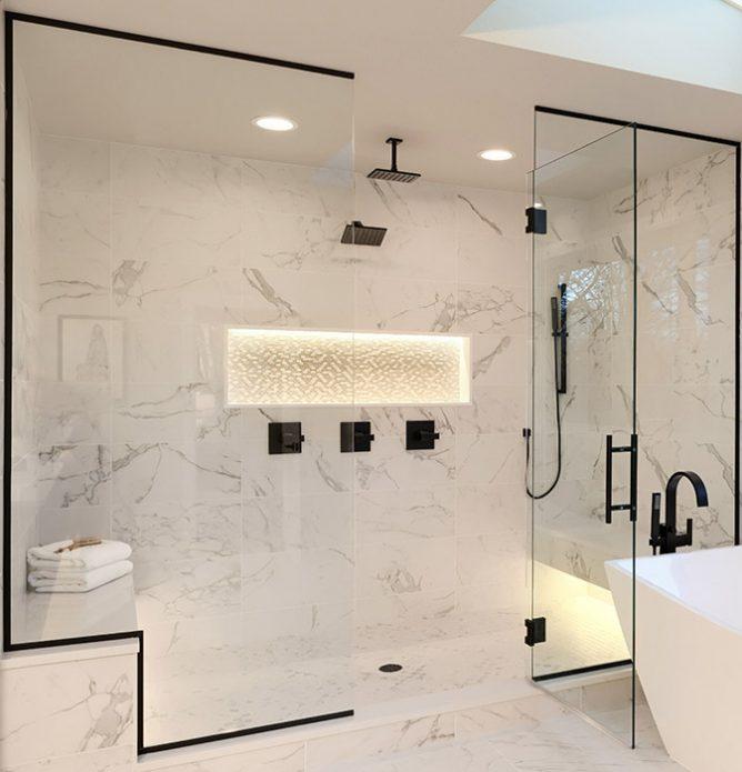 marmordusj med svarte detaljer og dusjvegger skreddersydd på mål