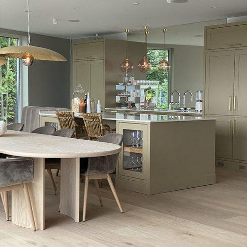 «Speilet på kjøkkenet skaper en illusjon om et vindu, og med panorama fjordutsikt er det en fryd å speile Oslofjorden fra alle mulige kanter» skriver Interiørstylist og blogger Anine Von Krogh. Romfølelsen ble helt unik!» Les mer på glassmester1.no